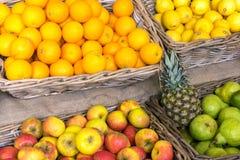 Sinaasappelen, appelen en peren voor verkoop stock afbeeldingen