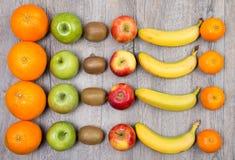 Sinaasappelen, appelen, kiwien en bananen Stock Foto