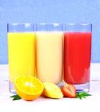 Sinaasappelen, bananen, aardbeiplak, sap in glas Royalty-vrije Stock Fotografie