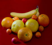 Sinaasappelen, bananen, grapefruit, abrikozen Stock Afbeeldingen