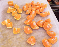 Sinaasappelen bij de lokale landbouwersmarkt, geen pesticiden Stock Afbeeldingen