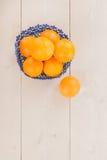 Sinaasappelen in blauwe mand Stock Afbeelding