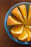 Sinaasappelen in Blauwe Schotel Stock Foto's