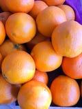 Sinaasappelen in de markt Sluit omhoog royalty-vrije stock afbeelding