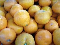 Sinaasappelen die uit bij een Markt van Landbouwers zitten Stock Afbeeldingen