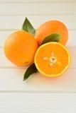 Sinaasappelen in een besnoeiing op de lijst Stock Afbeelding