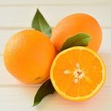 Sinaasappelen in een besnoeiing op de lijst Stock Foto