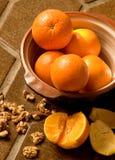 Sinaasappelen in een kom op Spaanse tegel stock fotografie