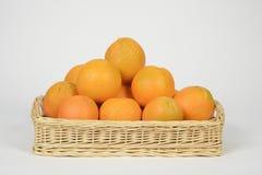 Sinaasappelen in een mand Stock Fotografie