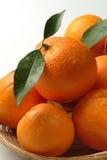 Sinaasappelen in een mand Stock Foto's