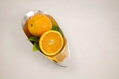 Sinaasappelen in een zilveren kom Royalty-vrije Stock Foto's