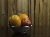 Sinaasappelen en Appelen in een Blauwe Kom #2 Stock Fotografie
