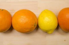 3 sinaasappelen en 1 citroen Royalty-vrije Stock Foto