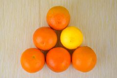 Sinaasappelen en citroen op de lijst Royalty-vrije Stock Afbeelding