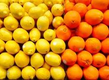 Sinaasappelen en citroenen in de supermarkt Royalty-vrije Stock Afbeelding
