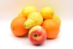 Sinaasappelen en citroenen op witte achtergrond Stock Afbeelding
