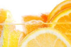 Sinaasappelen en citroenen in water Stock Foto