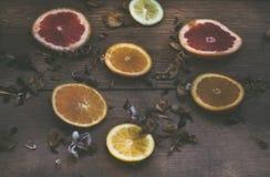 Sinaasappelen en de achtergrond van het druivenfruit stock foto's