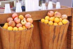 Sinaasappelen en granaatappels Stock Foto's