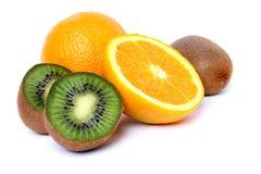 Sinaasappelen en kiwi Stock Afbeeldingen