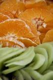 Sinaasappelen en kiwien Stock Afbeeldingen