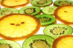 Sinaasappelen en kiwiplakken stock foto