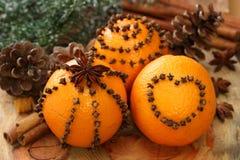 Sinaasappelen en kruidnagels royalty-vrije stock afbeeldingen