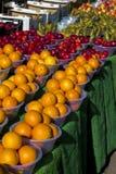 Sinaasappelen en vers fruit bij een markt Stock Fotografie