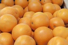 Sinaasappelen in houten doos Royalty-vrije Stock Foto's
