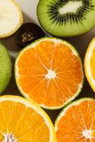 Sinaasappelen, kiwien en druiven Royalty-vrije Stock Afbeelding