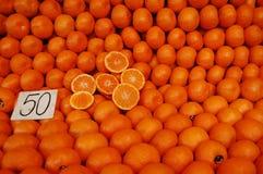 Sinaasappelen in lokale markt Stock Foto's