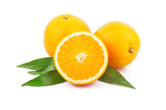 Sinaasappelen met bladeren Stock Afbeeldingen