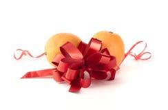 Sinaasappelen met een rood lint royalty-vrije stock fotografie