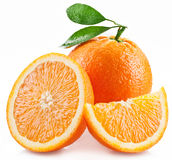 Sinaasappelen met plak en bladeren op een witte achtergrond worden geïsoleerd die. Royalty-vrije Stock Afbeeldingen