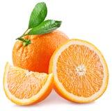 Sinaasappelen met plak en bladeren op een witte achtergrond worden geïsoleerd die Royalty-vrije Stock Afbeelding