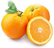 Sinaasappelen met plak en bladeren op een witte achtergrond worden geïsoleerd die Royalty-vrije Stock Fotografie