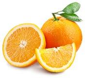 Sinaasappelen met plak en bladeren op een witte achtergrond worden geïsoleerd die Stock Afbeeldingen