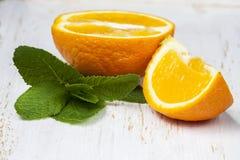 Sinaasappelen met verse munt  Stock Foto