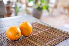 Sinaasappelen op de achtergrond van de bamboetextuur met ruimte voor tekst Organi Stock Foto