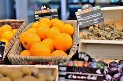 sinaasappelen op de markt stock afbeeldingen
