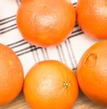 Sinaasappelen op doek Stock Afbeelding