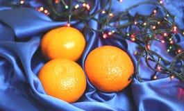 Sinaasappelen op een blauwe achtergrond Stock Afbeeldingen
