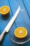 Sinaasappelen op een blauwe houten lijst Stock Foto