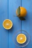 Sinaasappelen op een blauwe houten lijst Stock Fotografie