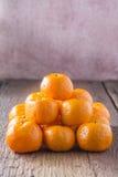 Sinaasappelen op een houten vloer worden geplaatst die Stock Afbeelding