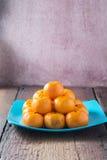 Sinaasappelen op een houten vloer worden geplaatst die Stock Foto's