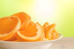 Sinaasappelen op een witte plaat stock afbeeldingen