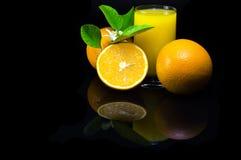 Sinaasappelen op een zwarte achtergrond stock fotografie