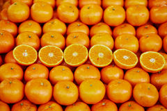 Sinaasappelen op landbouwersmarkt in Parijs, Frankrijk Stock Afbeeldingen