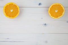 Sinaasappelen op lijst Stock Afbeeldingen
